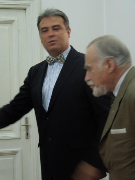 Profesorul Adrian Cioroianu invitand pe Academicianul dan Berindei