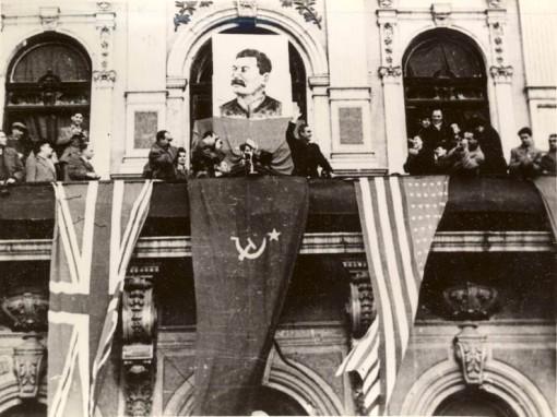 """Octombrie 1944. O sărbătoare străină, aplaudată de noi, proștii – """"Fototeca online a comunismului românesc"""""""