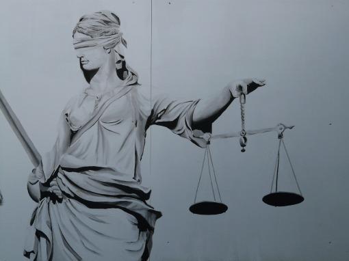 Justitia legata la ochi
